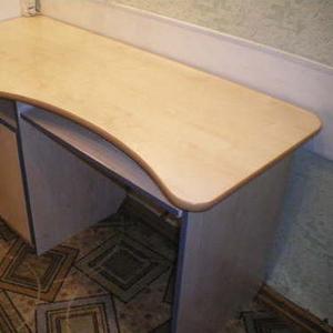 Продам компьютерный стол,  прямоугольной формы